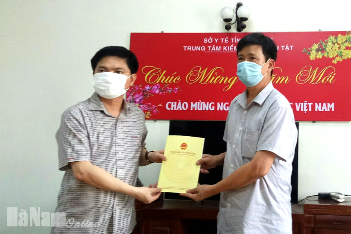 Đồng chí Chủ tịch UBND tỉnh nắm tình hình động viên cán bộ nhân viên Sở Y tế Trung tâm Kiểm soát bệnh tật Hà Nam