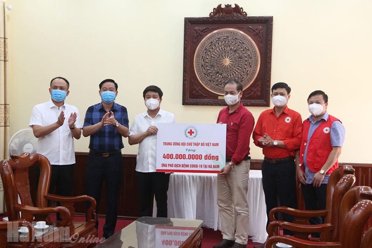 Trung ương Hội Chữ thập đỏ Việt Nam hỗ trợ huyện Lý Nhân 400 triệu đồng và 150 nghìn khẩu trang y tế