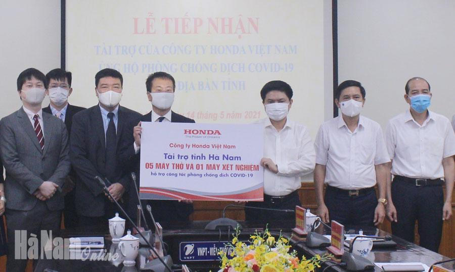 Công ty Honda Việt Nam trao tặng 1 máy xét nghiệm Covid 19 và 5 máy trợ thở xách tay cho tỉnh Hà Nam