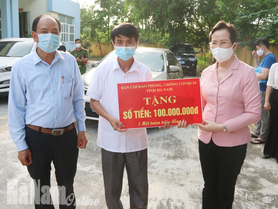 Đồng chí Bí thư Tỉnh ủy Lê Thị Thủy kiểm tra công tác phòng chống dịch Covid 19 tại xã Công Lý